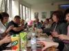 Beim Essen und Trinken erzählt es sich am besten +++ За едой да выпивкой рассказываются самые интересные истории