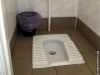 Olga hatte schon vergessen, dass die Universitätstoilette keine Sitz-, sondern nur eine Hockgelegenheit bot +++ Ольга уже забыла о том, что в универе в туалете не садятся, а только присаживаются