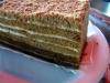 Zum Nachtisch nimmt die Naschkatze Olga sich noch eine Honigtorte +++ На десерт Ольга-сладкоежка прихватит еще и кусок медовика