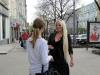 Sveta schwatzt mit einer Bekannten +++ Света встретила знакомую
