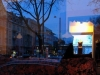 Die Auslage in den Geschäften ist so schön, dass sich selbst Häuser und Bäume sehr gern zu einem kleinen Schaufensterbummel verführen lassen.