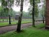 Ein etwas surreales Bild: Wachtürme und Stacheldraht umgeben von frischem Frühlingsgrün