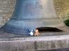Schillers Glocke in Schaffhausen. Beide Bären behaupten einstimmig, dass es nicht ihre Schuld ist, dass ihr ein Stück fehlt