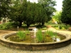 Brunnen des Herrengartens im Uniklinikum (Johannstadt) - Männer stehen auf Rundungen