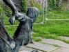 Bei diesem Denkmal legten sich Heini und Kl. Dinkelmann zu dem verlorenen Teddybären dazu, um zu verstehen, wie es sich anfühlt, wenn man verloren geht. Kein schönes Gefühl ...