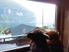 Die Großen blieben gern in der Holzhütte am Geiranger Fjord und schauten den Booten auf dem Wasser beim Fahren zu.