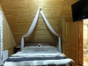 Das Zimmer: Rustikales Interieur mit kratziger 'Yetifell-Tagesdecke'