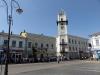 Das Rathaus und viele Menschen auf der Straße, da gleich die Feierlichkeiten samt Prozession zum Unabhängigkeitstag beginnen