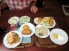 Abendessen in Lemberg in einem Laden namens 'Pusata Chata', der ein Buffet anbietet: diverse Leckereien der ukrainischen Küche - mjam !!!