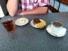 Ein Zwischendurch-Frühstück auf dem Weg vom Hotel in die Lemberger Innenstadt - immer wieder ein Abenteuer und so herrlich lecker ! Das Flair: wie zu sozialistischen Zeiten.