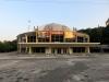 Der Spielplatz hieß Zirkus und hier ist auch das dazugehörige Gebäude ... ja, Olga kannte bis zu den 90ern nur solche festen Zirkusgebäude und nicht die Wanderzelte wie bei uns in Deutschland üblich