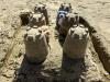 Wir entdeckten eine große Sandburg mit vielen Türmen und erobärten diese ganz fix.