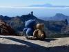 Manche Stellen waren unbärschreiblich schon: vorne sieht man den Roque Nublo und hinten schon den Bärg Teide von der Nachbarinsel Teneriffa! Und alles ist im schönsten Dinki-Blau!