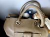 Mamas alte Handtasche, unser alltägliches Transportmittel auf Reisen, ist bei all den Erobärungsausflügen leider kaputt gegangen. Sie hat deshalb eine neue kaufen müssen - in dieser sollten wir dann nach Hause reisen. Da wollten wir natürlich schon vorher mal alles ganz genau unter die Lupe nehmen.