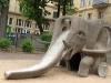 Diese Elefantenrutsche aus einem Innenhof in der Dresdner Innenstadt hat seit 1962 sicherlich schon allerhand Kinder glücklich gemacht. Von diesem Spielplatzgerät gab es wohl einige in den sozialistischen Ländern, aber nur wenige werden heute noch genutzt.