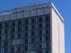Wir sind immer noch auf der Prager Straße, aber nun mit einem anderen Blickwinkel: Erneut der Pusteblumenbrunnen und dahinter das Hotel 'Pullmann', welches 1970 in Betrieb genommen wurde - allerdings damals noch unter dem Namen 'Interhotel'. Das sich in seiner Fassade spiegelnde Wohnhaus im Plattenbaustil wurde Anfang der 60er erbaut und ist nach der Wende umfassend saniert worden.