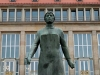 Diese Statue ist eine Anerkennung an die Trümmerfrauen der Nachkriegszeit und steht vor dem Dresdner Rathaus - das Denkmal wurde 1952 errichtet und thront auf einem Sockel aus Trümmerziegelmauerwerk.