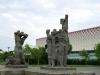 In Dresden gibt es aber auch noch versprenkelt vergleichbare Werke. Ganz nah am Robotron-Gelände steht die Betonskulptur 'Proletarischer Internationalismus' aus dem Jahre 1982.