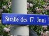 Zur einer der schmerzhaftesten Erinnerung der DDR-Zeiten gehört zweifelsohne der Aufstand am 17. Juni 1953. In Dresden begannen diese Unruhen im Sachsenwerk in Niedersedlitz. Sie wurden bekanntlich überall brutal beendet, weshalb dieses Datum auch heute noch oft als Straßenname verwendet wird, wie z.B. in Berlin (Nähe Brandenburger Tor) oder in Dresden (Bild unten).