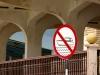 Bei diesem Schild (ebenfalls Abu Dhabi) dachte ich als erstes, dass man hier das Bügeln von zerknitterter Wäsche verbietet :)