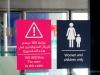 In der Metro von Dubai wird nicht nur vor einem Fehltrett gewarnt, sondern auch gleich die Höhe der Strafe fürs Nichtbeachten mit angegeben